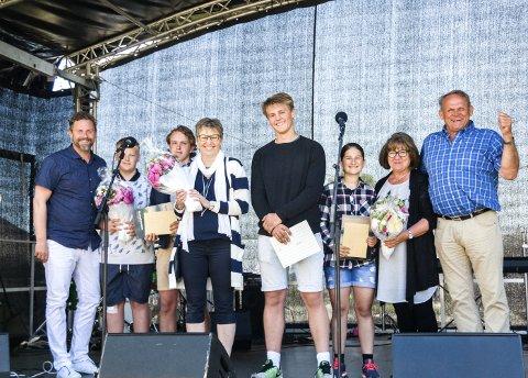 Prisvinnere: Rektor Marianne Almås og elevrådsleder Paul Oskar Holm fra Kvelde skole (begge foran) mottok årets skolepris.foto: bendik løve