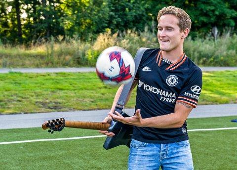 """GITAR OG FOTBALL: Simen Oxholm kombinerer sine to lidenskaper, fotballklubben Chelsea og rockegitaren, med å lage en låt til klubben i sitt hjerte. """"The pride of London"""" kan nå bli spilt på klubbens hjemmebane Stamford Bridge."""