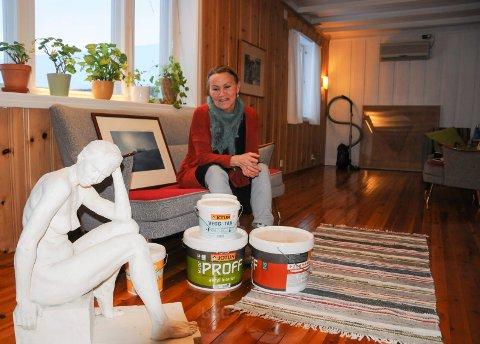 KUNST OG OPPUSSING: Skulpturen i forgrunnen er laget av datteren til Kristin Skrivervik.