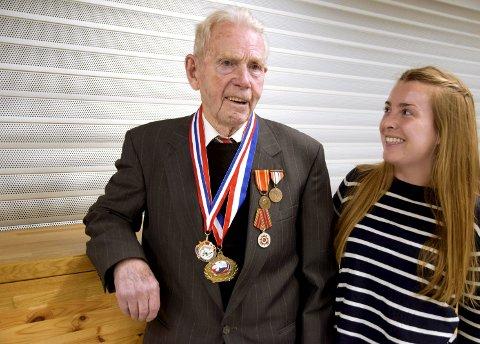 KRIGSSEILER: Haavard Øien ble hedret av både Canada og Norge mandag. Barnebarnet Hanne Aune Øien (25) er veldig stolt av bestefaren.