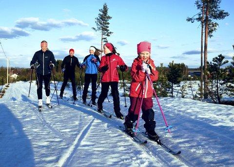 TRIVES: Hele familien koser seg ute på ski. Fra venstre mamma Frida Toverud Øverby (38), pappa Kristian Øverby (39), Martea Toverud Skirbekk (11), Henriette Wien Øverby (9) og Eline Toverud Øverby (snart 5) i front for den aktive familien fra Elverum.