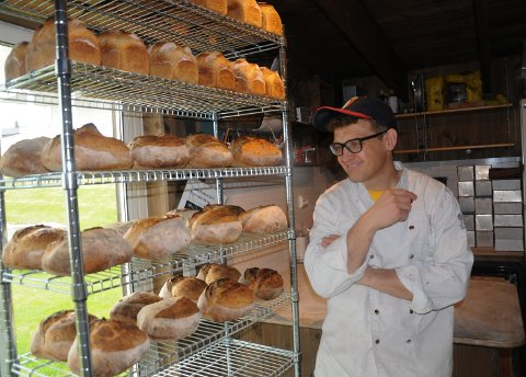 RYKENDE FERSKE: Kristian K. Stokke lager opp mot 100 steinovnsbakte brød  i løpet av en dag.