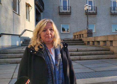 ALVOR: Akkurat som helseminister Bent Høie sa tirsdag under regjeringens pressekonferanse, sa Elverum-ordfører Lillian Skjærvik på rådhustrappen. – Smittevernsreglene må tas på alvor.