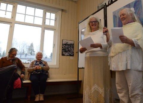 HVITT:  Hege Edin og Turid Evang ååpnet det hele kledd i hvitt. Til venstre to andre medlemmer i kunstnerforumet, Marit Heier og Marit Ekberg.