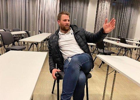 JOBBER PÅ: Daglig leder i Elverum Håndball, Mads Fredriksen, kjemper mot en stadig kortere tidsfrist for å rekke å gjennomføre CL-kampene. Nå har klubben et vindu på 15 dager på å gjennomføre seks matcher.