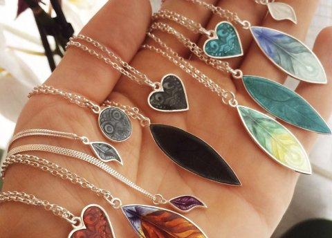 Håndlaget: Haugen lager alle smykkene for hånd. Hun graverer også på bestilling.