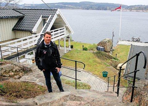 SOMMER = JOBB: Henrik Tangen i Krogsveen bruker store deler av sommeren ute på fjorden og i Grenlands feriehusområder.