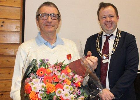 Arne Nilsen på Sandøya er tildelt Kongens fortjenstmedalje. Heder og ære ble overrakt ham av ordfører Robin Kåss.