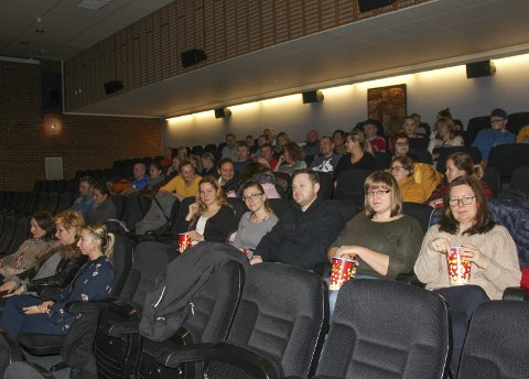 Kinopublikum: Rundt 60 personer kom for å se film på Polsk i Rakkestad kinosal. Listy do M.3 er en romantisk komedie.Alle foto: Beate Sloreby