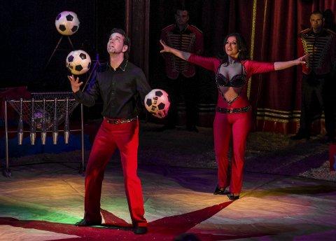 PRESISJON: Fra Moldova får Cirkus Agora besøk fra sjongløren Antonin Rapolli og sin partner Helena.