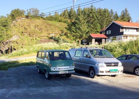 GAMMELT OG NYTT: Første og siste generasjon Toyota HiAce i Norge parkert på gårdsplassen på Onøya. Varebilen til venstre er fra 1974, som var det første året disse bilene ble importert til Norge, mens den til høyre er fra 2011, som var det siste året den smått ikoniske varebilen ble produsert.