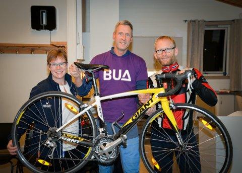 Rana sykkelklubb gir racersykkel og 10.000 kroner til BUA. Fra venstre: Anne Christine Mohn, Wim Kok og Bjørn-Einar Nesengmo.