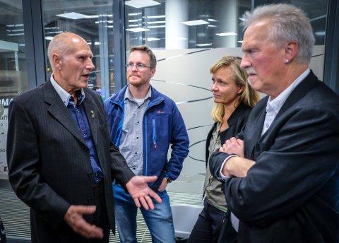 Skolekamerater møtes på Frps valgvake når opptellingen er gjort. F.v. Allan Johansen, FRP, Vegard Alterås, Sp, Line Ellingsen, Rødt og Alf Helge Straumfors, Rødt.
