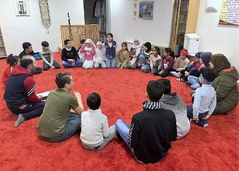 Hver søndag samles mellom 25 og 30 barn og ungdommer i alderen seks til 16 år til morsmålsundervisning, vanligvis i moskèen i Mo sentrum.