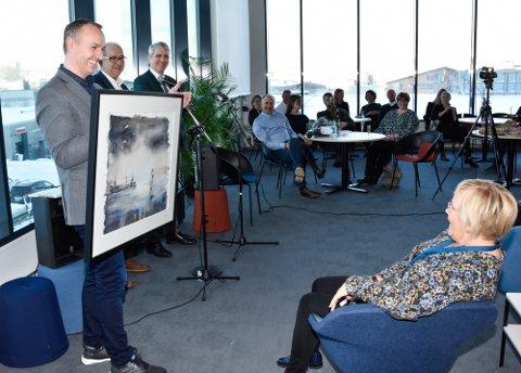 Mange var invitert til åpningen av Helfos nye lokaler. Her får seksjonsleder Brita Brandt overrakt et lokalt kunstverk av kunstneren Hilde Strand.