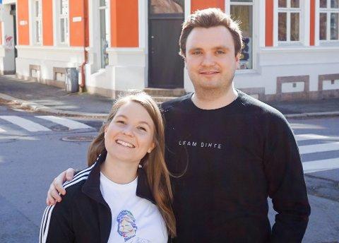 Anja Thonhaugen og Emil Wainwright har lansert et eget samisk klesmerke. - Tenk så gøy om bare noen få flere hadde lært seg et eller to ord på samisk, sier Anja Thonhaugen.