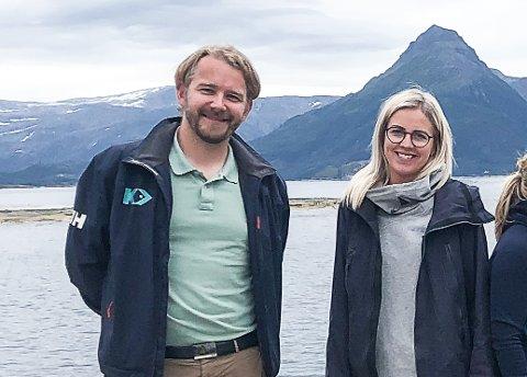 Daglig leder Alf-Gøran Knutsen i Kvarøy Fiskeoppdrett sa kjapt ja til å bli havbruksmentor ved Senter for industriell forretningsutvikling til Nord Universitet. Her sammen med senterleder Marianne Steinmo, som er glad for at de nå kan øse av Knutsens kunnskap om havbruksnæringen.