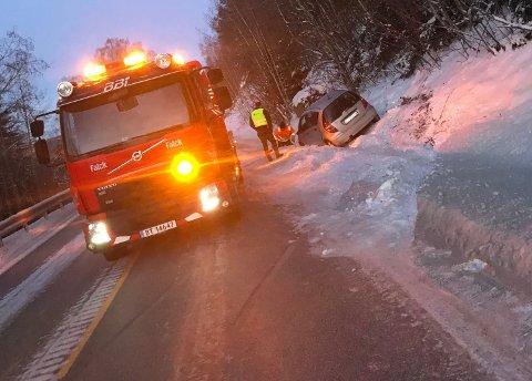 En bil kjørte ut av vegen på Brøttum fredag morgen.