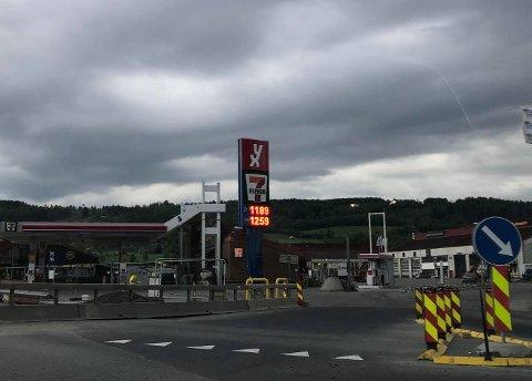 En bil stakk søndag kveld av etter å ha fylt drivstoff på Rudshøgda.