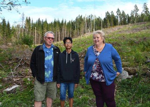 Storfint besøk: Ivar Sundgaard og sønnen Tiger W. Sundgaard hadde en hyggelig stund sammen med statsminster Erna Solberg søndag ettermiddag