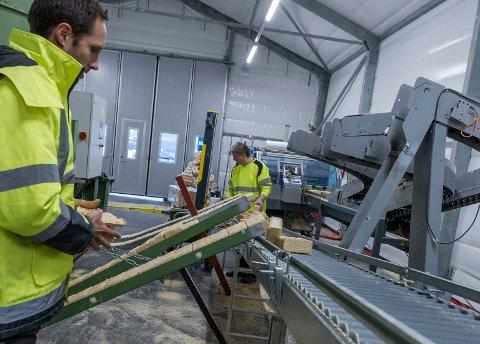 Vedbriketter fra Norwegian Firewood blir laget på Sokna. Svein Bjerke og Joachim Josephson passer på at alt går rett for seg.