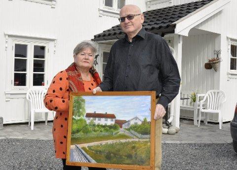 Eli og Rolf Theil foran huset i Brugata 15. Maleriet viser huset og den jødiske familien Bersohns hus til høyre, som nå er revet.