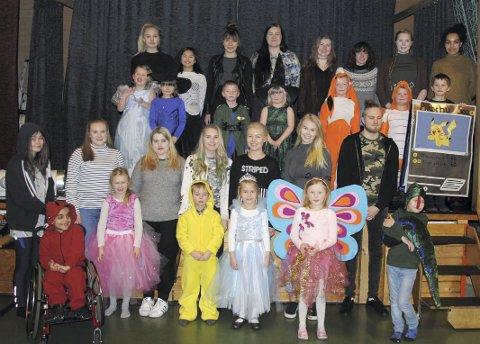 Førsteklassingene på Kirkeskolen tegnet sine egne kostymer, og  elever fra linjen Design og Fashion på Ringerike Folkehøgskole sydde draktene. Leserfoto