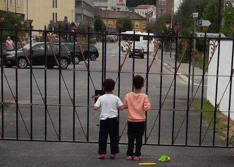 KIRKEASYL: I ni måneder har det unge paret og deres tre små barn bodd i Hønefoss kirke.