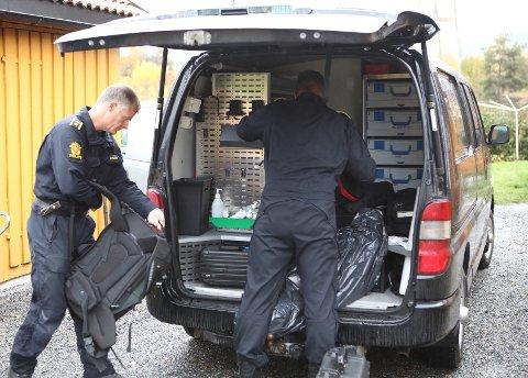 JAKTER SPOR: Kriminalteknikerne Lars Enerhaugen og Tore Eggen i Sør-Øst politidistrikt undersøkte åstedet tirsdag formiddag.