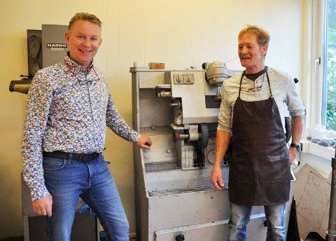 ALT PÅ PLASS: Børre Kongsmo (t.v) har sørget for alle detaljer for at Oddgeir Hippe skal få et skikkelig skomakerverksted.
