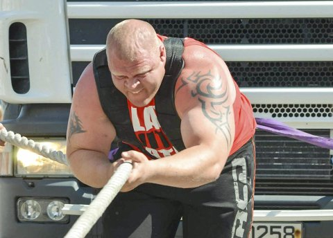LASTEBILTREKK: Det er rundt 100 forskjellige øvelser i strongman-konkurransene, og av og til dukker det opp noen man ikke har prøvd før. Men lastebiltrekk er blant de klassiske. Foto: Privat