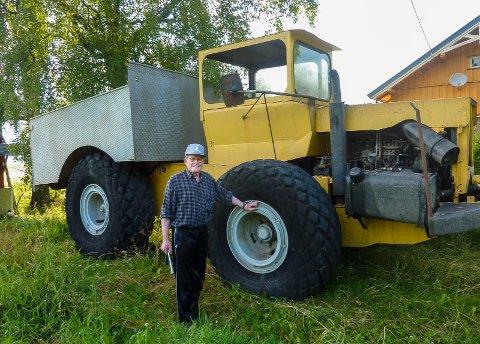 KREATIV KAR: –  Jeg har ikke laget motor og girkasse, men alt det andre, også ramme og hytte, sier Arne Søgård (81), Årnes' svar på Reodor Felgen.Foto: Privat