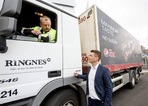 Lettet: Nicolay Bruusgaard og sjåfør Ola Stee i Ringnes AS. Foto: Tom Gustavsen