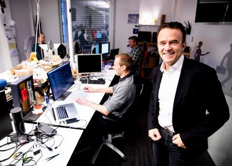 VOKSER: Administrerende direktør Tom Scharning trenger flere «nerder» i staben. Teknologiselskapet vokser kraftig. (Foto: Lisbeth Lund Andresen)