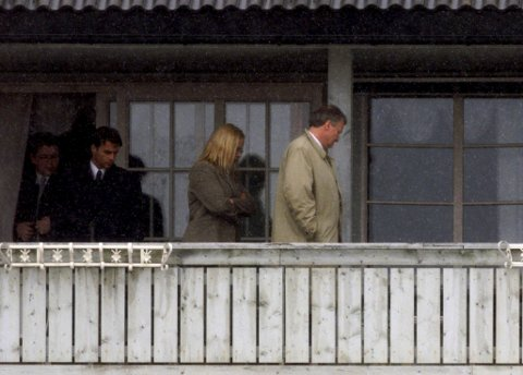ÅSTEDET: Kårboligen på Orderud gård i Sørum var åsted for trippeldsrapet i pinsen for 19 år siden. Herredsretten på befaring i 2001. FOTO:  NTB SCANPIX