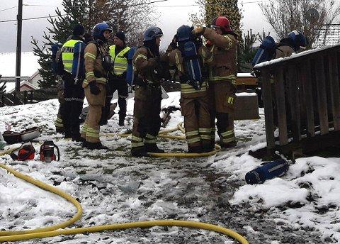 FUNNET LIVLØS: Mannen i 40-åra ble hentet ut av sin egen bolig etter en brann. Foto: Jan Asle Ruud