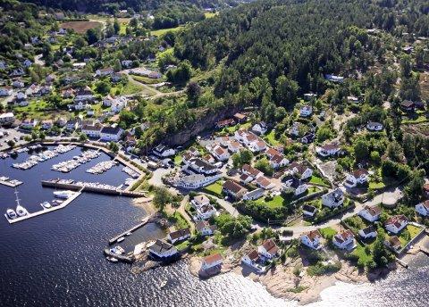 HYTTEBOOM: Takket være kommunesammenslåingen og en kraftig forlenget kyst, er Asker kystkommunen med flest brukthyttesalg så langt i 2020, ifølge Eiendom Norge. Flyfoto: Henning Jønholdt