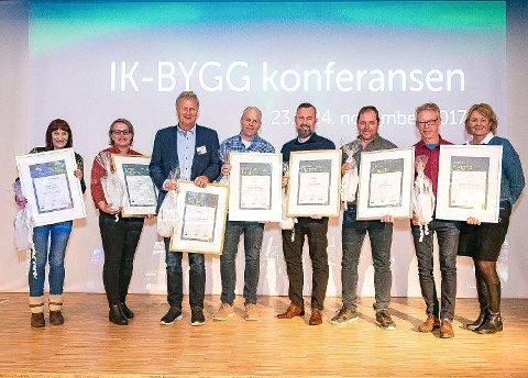 FAGPRISEN: Syv kommuner ble fredag tildelt Fagprisen for god offentlig bygg- og eiendomsforvaltning for 2017. Seksjonsleder Petter Ugland (nr. 2 fra høyre) mottok prisen på vegne av Sandefjord kommune. Ved hans side står direktør Elin Evjen i KLP Skadeforsikring, som delte ut prisene.