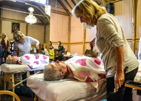 ALTERNATIV: Rosenterapeut Trine Gjestrum Larsen behandler Ingunn Barth med en syngebolle under alternativmessen i Kurbadet.