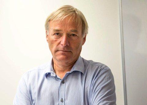 JOBBER MED SAKEN: - Vi sliter litt med å få det tekniske på plass. I tillegg er det mange forhold som må være i orden for at det skal være trygt, både for sjåfører og pasienter, sier Jørgen Einerkjær om «virusbiler». Han er sjef ved prehospital klinikk ved Sykehuset i Vestfold.