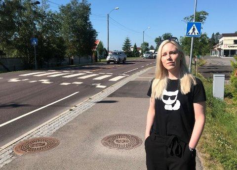 FARLIG BILKJØRING: Nina Regine Aasvang opplever at mange bilister ikke respekterer fartsgrenser og vikeplikt ved dette gangfeltet på Raveien ikke langt fra Krokemoa skole.
