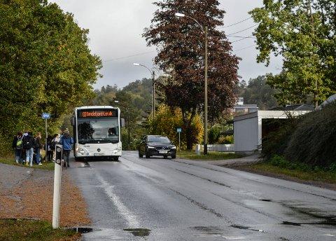INDUSTRIVEIEN: Det er mye trafikk i Industriveien, både av gående og kjørende. Kommunen er derfor utålmodig etter å gjennomføre planene, som er vedtatt for lenge siden.