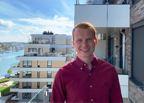 MÅTTE BYTTE BRANSJE: Koronasituasjonen gjorde at Martin Aspaas (23) måtte bytte bransje da han var ferdig utdannet pilot. Nå jobber han på et lager i Sandefjord.