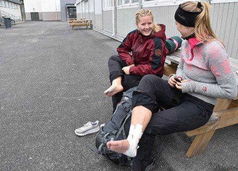 FÅTT KJØRT SEG: Ida Sandnes Andersen (18) og Alexandra Steinvik (18) forteller at de kjente gåturen fra Svarstad godt i bein og føtter. – Sekken var blytung og vi fikk gnagsår, forteller Ida. FOTO: Vibeke Bjerkaas