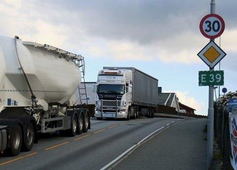 Nå er Rogaland fylkeskommune i gang med fart- og trafikkmålinger i Hoveveien. Her er flere tunge trafikanter på veien i 2019.