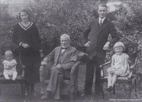 FAMILIEBILDE: Dette bildet er tatt isommeren 1933 i hagen til Inga og Einar Andersen på Tangen, det som i dag er Furuholmsveien 200. Paret drev en forretning fra 1926 og helt fram til sommeren 1978.