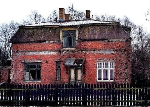 RIVES: Østfoldmuseene har lenge ønsket å rive ingeniørboligen, mens eierstyret på Borgarsyssel ville redde den. På grunn av for høye kostnader knyttet til restaurering skal bygningen nå rives.