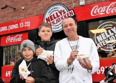 FØRST I KØEN: Med tidlig oppmøte slapp Alexander Kawani (12), Michael Halvorsen (12) og Vicent Andre Lipovoj (47) unna køen da Nellys Gatekjøkken inviterte til gratis kebab.