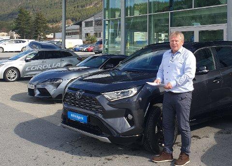 MANGE VIL HA: Gunstein Lund har skrive mange kontraktar med kundar som vil skaffa seg Toyota RAV4 Plug-in hybrid til hausten. Her står han ved dagens RAV4, som er ein hybrid.