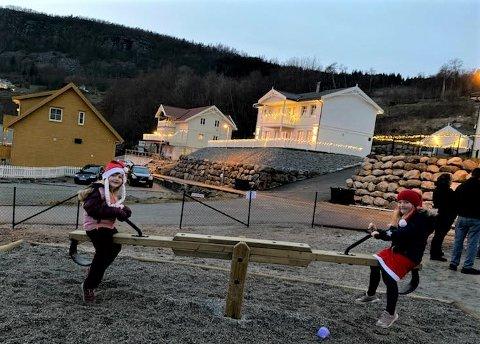 NY VIPPE: Sara Mannes Fiskå (7) og Anna  Norland (6 1/2) prøver ut vippa på den nye leikeplassen.